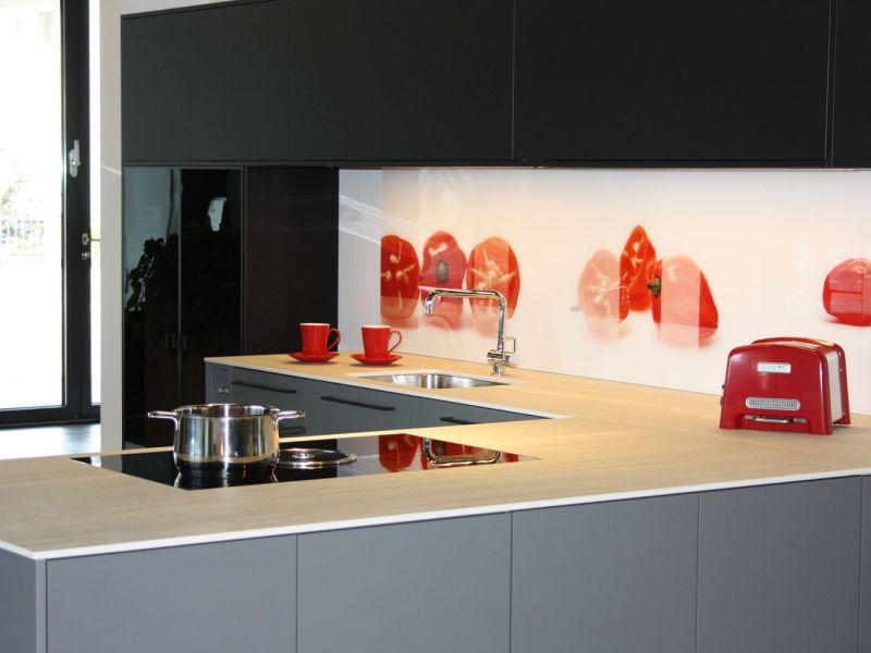 Ausstellung_Pronorm_grau-schwarz-rot.jpg